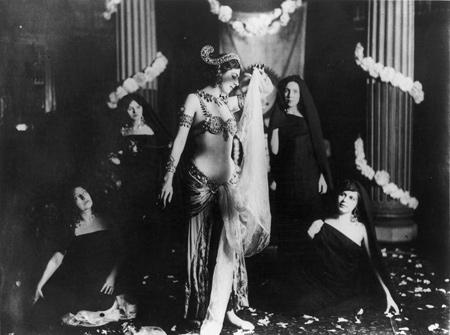 French | Mata Hari performing Brahmanic dances in the library of the Musée Guimet, Paris | 13 March 1905 | Musée Guimet  | Réunion des Musées Nationaux (RMN)