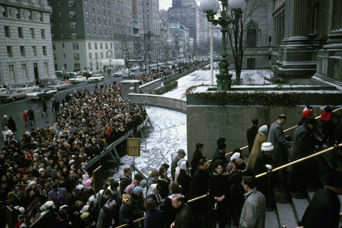 The Metropolitan Museum of Art, exterior, during the exhibition, The Mona Lisa by Leonardo da Vinci, February 7- March 4, 1963; view facing south showing crowds lined up on Fifth Avenue and on the front steps of the Museum. Image © The Metropolitan Museum of Art